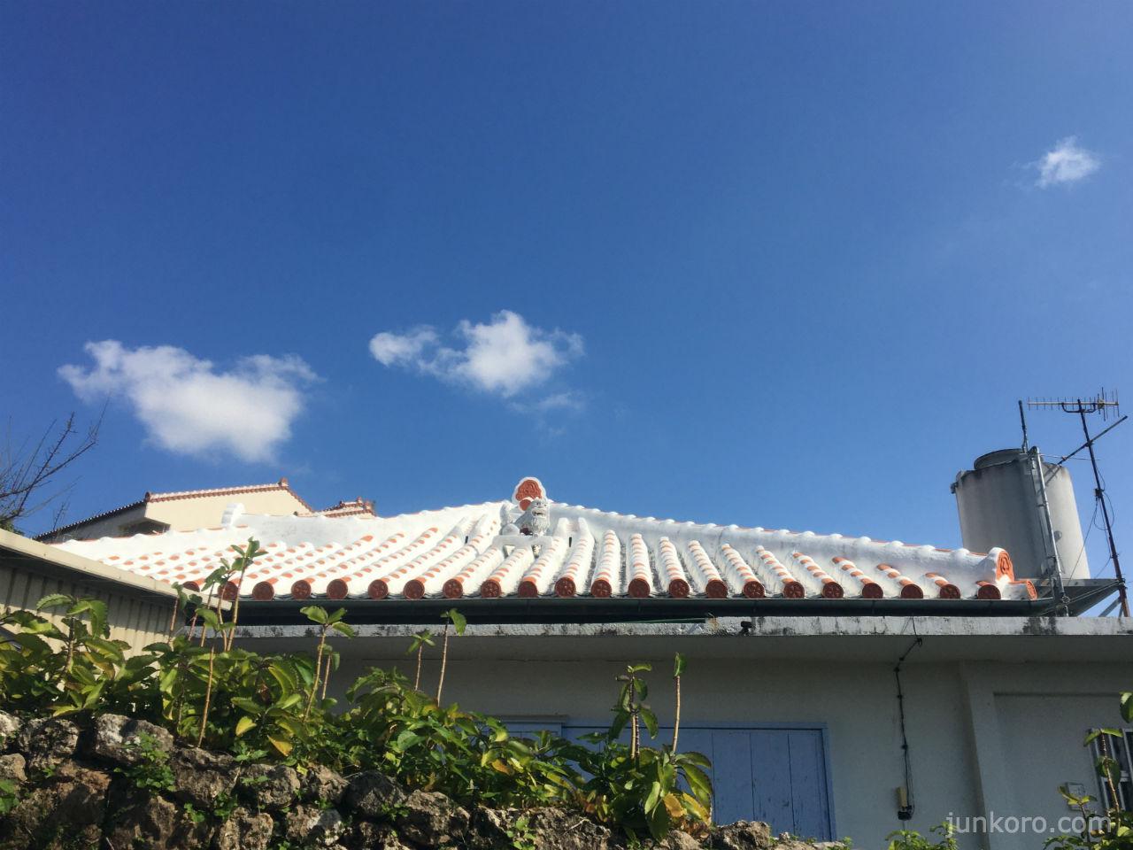 沖縄の風景 白い屋根とシーサー