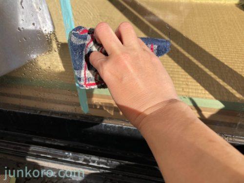 雑巾で水を拭く